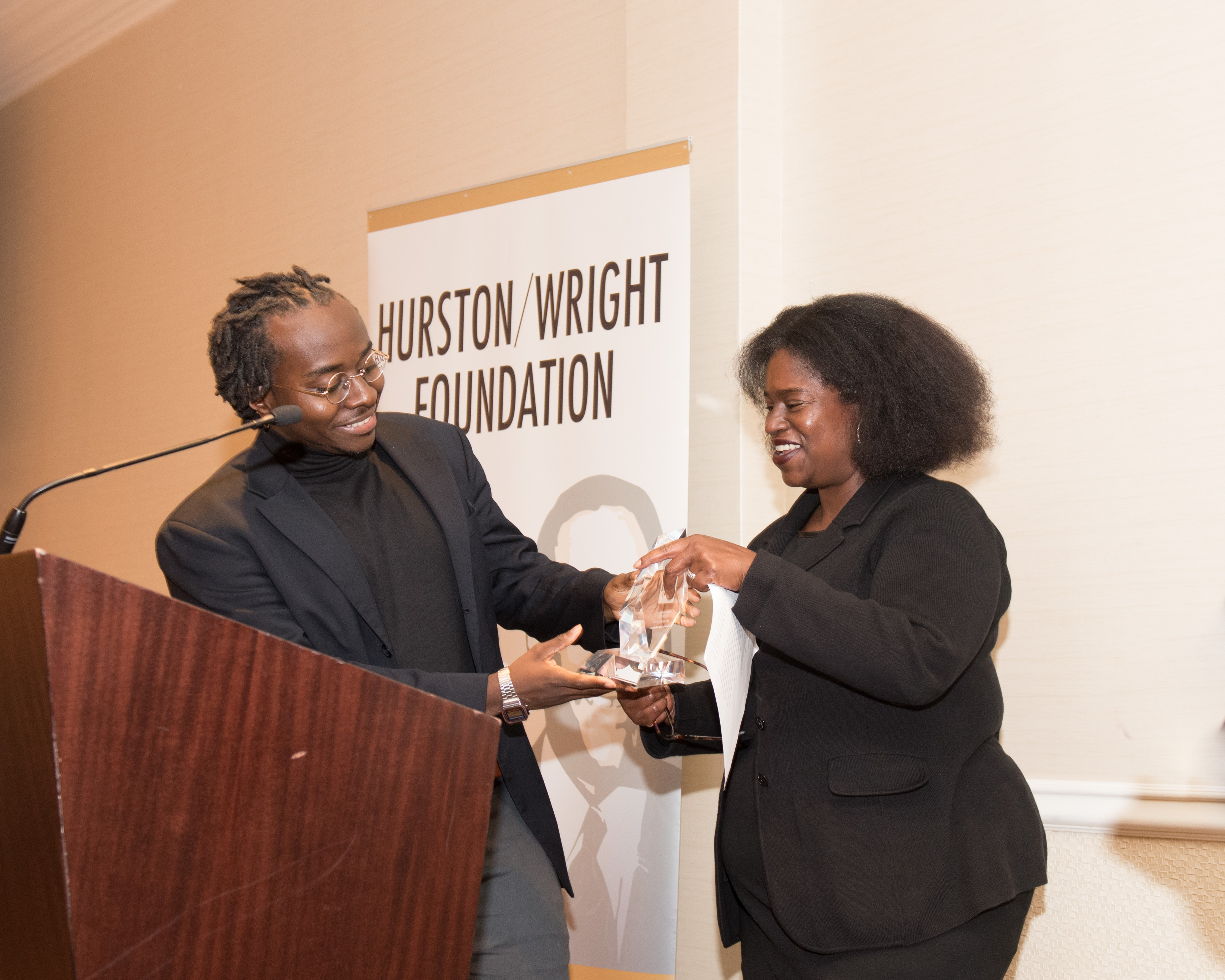 Cheswayo Mphanza receives college award from Tracy Sherrod